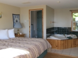 ucluelet-cottage-jacuzzi-suite
